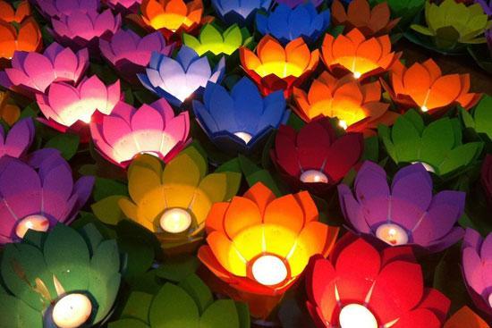 Thả đèn hoa đăng cũng thường được người dân Việt Nam làm trong tháng 7 âm lịch